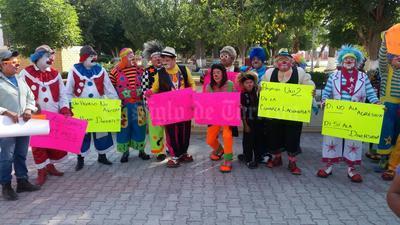 De la Alameda, los payasos partieron rumbo a la Plaza Mayor.