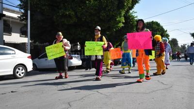 Los profesionales de la risa recorrieron las calles del Centro de Torreón.