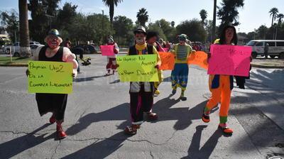 Con pancartas de colores, los payasos caminaron hasta la Plaza Mayor.