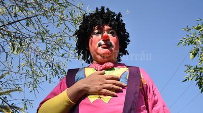 """""""Rayito de Sol"""" fue agredido por un grupo de estudiantes quienes lo acusaron de ser un """"payaso asesino""""."""