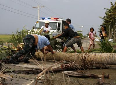 IGUIG (FILIPINAS).- Policías y residentes limpian una carretera tras el paso del tifón Heima en la ciudad de Abulog, provincia de Cagayan (Filipinas). Al menos cuatro personas han muerto en Filipinas a causa del tifón Heima, que golpeó hoy con fuertes vientos e intensas lluvias el norte del país, donde miles de personas tuvieron que ser evacuadas. EFE