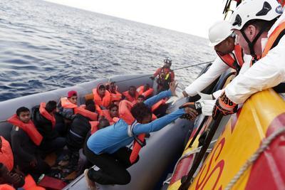 """MAR MEDITERRÁNEO.- Fotografía cedida por la Crus Roja Italiana (CRI), que muestra una operación de rescate de inmigrantes en el Mar Mediterráneo. Equipos de la Cruz Roja Italiana y del Malta Migrants Offshore Aid Station (MOAS) anunciaron el salvamento de 434 personas en tres operaciones diferentes, embarcados en el buque """"Responder"""", una de las dos emabrcaciones con las que trabajan en conjunto las equipos CRI/MOAS. EFE"""