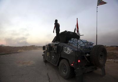 """BARTILA (IRAK).- Soldados iraquíes se dirigen hacia la primera línea en Bartila, a 50 kilómetros de Érbil, la capital del Kurdistán iraquí. Los """"peshmergas"""" lanzaron hoy una ofensiva conjunta en tres frentes diferentes de la ciudad de Mosul, en la cuarta jornada de operaciones para liberar la principal plaza de los extremistas del Estado Islámico en Irak. EFE"""