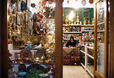 QAZVIN (IRÁN).- Fotografía de una vendedora en el tradicional mercado de Qazvin, en Qazvin (Irán). Los medios informaron que una sanción al banco de Irán no ha sido resuelta y el banco sigue siendo uno de los principales problemas para la economía iraní. Las autoridades iraníes espera que la economía iraní crezca en un promedio de ocho por ciento en los próximos cinco años tras el levantamiento de las sanciones contra Irán. EFE