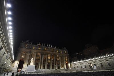 CIUDAD DEL VATICANO (VATICANO).- Vista de la nueva iluminación LED en la columnata de la Plaza de San Pedro en el Vaticano. EFE/Alessandro Di Meo