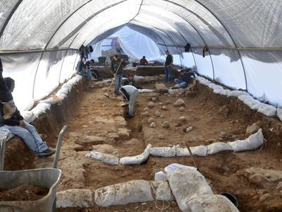 JERUSALÉN, ISRAEL.- Fotografía facilitada por la Autoridad de Antigüedades de Israel del lugar de excavación en el Complejo Ruso, en el centro de la parte oeste de Jerusalén, en el que se pueden observar piedras utilizadas por las catapultas que los romanos, encabezados por Tito, usaron hace dos mil años para romper las murallas y tomar la ciudad de los judíos. Israel anunció hoy el descubrimiento de restos de esta batalla en la que los romanos tomaron la ciudad de Jerusalén, tras asaltar la conocida como tercera muralla que rodeaba la ciudad santa, en el año 70 d.C. EFE
