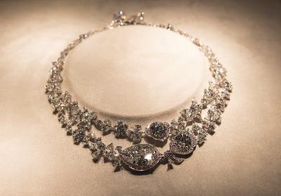 LONDRES (REINO UNIDO).- Un collar de piedras preciosas que contiene tres diamantes incoloros de 31,38, 12,11 y 8,07 quilates son expuestos antes de una subasta en la casa Christie's de Londres, en Reino Unido. La subasta, que incluye joyas, bolsos, y accesorios, se realiza del 19 al 21 de octubre en Londres. EFE