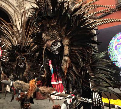 CIUDAD DE MÉXICO (MÉXICO).- Personas caracterizadas de la muerte posan, durante una rueda de prensa en Ciudad de México donde fue anunciado el programa de festividades del Día de Muertos. Se trata de un magno desfile desarrollado en tres segmentos, Viaje al Mictlán, La Muerte Niña y Pal' Panteón, que sintetiza el culto a la muerte y su celebración en México desde la época prehispánica hasta nuestros días, indicaron las autoridades culturales y turismo de la capital mexicana. EFE
