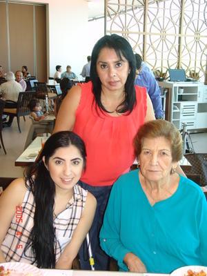 22102016 EN DESAYUNO.  Mary, Alejandra y Lucy.
