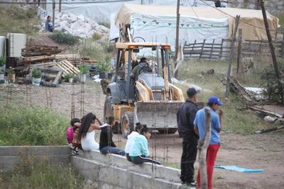 Poco después de las 15:00 horas de ayer, un grupo de elementos de la Dirección Estatal de Investigación (DEI) ordenó a habitantes de la colonia Ampliación Gobernadores el desalojo de sus viviendas.