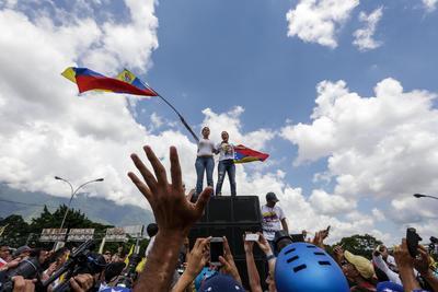 CARACAS (VENEZUELA).- La exdiputada María Corina Machado (i) y Lilian Tintori (d), esposa del opositor Leopoldo López, participan en una marcha opositora, en Caracas (Venezuela). Cientos de mujeres marcharon hoy en Caracas para exigir que se realice este año un referendo revocatorio al presidente Nicolás Maduro, un mecanismo que venía impulsando la oposición venezolana desde hace meses y que fue pospuesto esta semana por el Poder Electoral. EFE