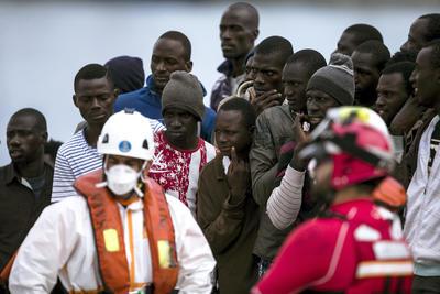 """MÁLAGA.- Las 46 personas, 41 varones y 5 mujeres, rescatadas esta mañana en una patera a 25 millas de Málaga han llegado al puerto de la capital a bordo del """"Salvamar Alnitak"""" y uno de ellos ha sido trasladado al hospital por una contusión leve en la rodilla. EFE"""