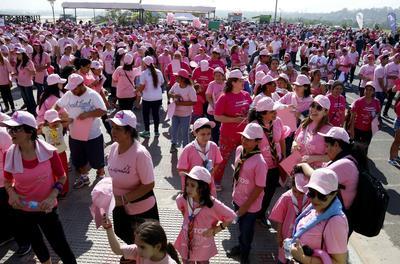 ASUNCIÓN (PARAGUAY).- Participantes vestidos con prendas color rosa se reúnen para en evento de prevención del cáncer de mama, en Asunción (Paraguay). Alrededor de un millar de personas vestidas con prendas de color rosa, en su mayoría mujeres, se reunieron hoy frente a la bahía de Asunción para formar un lazo humano con el propósito de concienciar sobre la necesidad de prevenir el cáncer de mama con controles periódicos. EFE