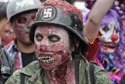 """CIUDAD DE MÉXICO (MÉXICO).- Cientos de personas disfrazadas de """"Zombies"""" participan, en la novena """"Marcha Zombie"""" celebrada en las principales avenidas de Ciudad de México (México), donde el banco de alimentos Unidos Distribuimos y Transformamos, IAP, pidió alimentos a los asistentes para ser donados a grupos vulnerables y de escasos recursos. EFE"""
