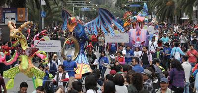 CIUDAD DE MÉXICO (MÉXICO).- Fotografía del décimo Desfile de Alebrijes Monumentales, en Ciudad de México (México). El evento es resultado del concurso que cada año realiza el Museo de Arte Popular (MAP). En la construcción de estas figuras se utiliza alambre y pasta de trigo con cartón. EFE
