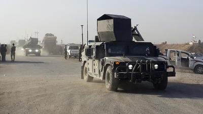 BARTALA (IRAK).- Las tropas iraquíes y las kurdas continuaron hoy arrebatándole terreno a los yihadistas del grupo Estado Islámico (EI) en el sexto día de la ofensiva para liberar Mosul, mientras el secretario de Defensa de EE. UU., Ashton Carter, viajó a Bagdad. En la imagen, tropas iraquíes que han participado en la liberación de Bartala. EFE