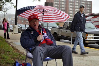 """JOHNSTOWN (PENSILVANIA, EE.UU.).- Simpatizantes de Trump en un mitin en Johnstown, en una zona del estado de Pensilvania dedicada al acero y al carbón y que ha perdido gran cantidad de fábricas y puestos de trabajo en los últimos años. El candidato presidencial republicano, Donald Trump, presume de su capacidad para llenar estadios, se ha proclamado el """"salvador"""" de los olvidados de Estados Unidos y sus partidarios lo consideran más un vecino revolucionario que un político convencional. EFE"""