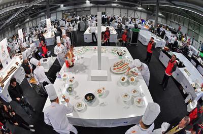 Erfurt (Alemania).- Los chefs del equipo chino trabajan durante los Juegos Olímpicos de Internacionales de cocina en Erfurt, Alemania. Más de 2.000 panaderos y cocineros de 59 países están participando en el concurso. EFE