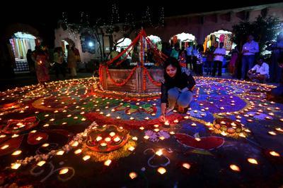 """Bhopal (India).- Lámparas de aceite ligero durante el 'profundo Utsav """" o Festival de la Luz en el edificio histórico de Gauhar Mahal, como parte de las celebraciones del festival de Diwali en Bhopal, India. El festival de Diwali de luces simboliza la victoria del bien sobre el mal, que conmemora el regreso del Señor Ram a su reino de Ayodhya después de completar su exilio de 14 años. El festival de Diwali se celebra el 30 de noviembre. EFE"""