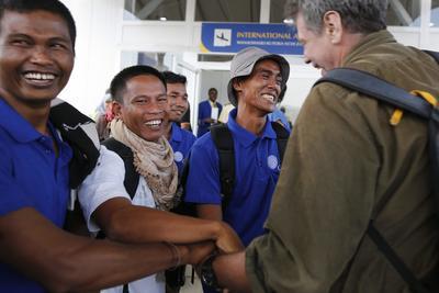 Nairobi (Kenya).- marinos no identificados (L) celebrar con Michael Scott Moore (R), un escritor norteamericano que fue secuestrado por piratas somalíes en 2012 y puesto en libertad en 2014, a su llegada en el Aeropuerto Internacional Jomo Kenyatta aeropuerto en Nairobi, Kenia, después de que fueron liberados por piratas somalíes. Según los informes, 26 marineros asiáticos, la tripulación de un barco pesquero de bandera de Omán Taiwán de propiedad FV Naham 3, han sido liberados después de haber sido rehén ya que su barco fue capturado al sur de las islas Seychelles en marzo de 2012. los marineros liberados desde Vietnam, Taiwán, Camboya, Indonesia, china y Filipinas, fueron transportados a Nairobi desde Somalia antes de regresar a sus respectivos países. EFE