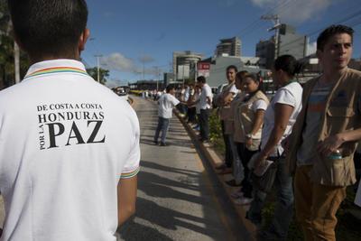 TEGUCIGALPA (HONDURAS).- Ciudadanos hondureños participan en una cadena humana convocada por la Asociación de Municipios de Honduras (AMHON) y el movimiento social Dile Sí a la Vida, en Tegucigalpa (Honduras). Miles de personas se unieron hoy a una cadena humana en Honduras, en un acto contra la violencia y a favor de la paz en el país, donde se registra un promedio de catorce asesinatos diarios. EFE