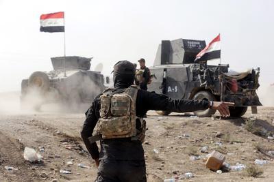 Bartila (Irak).- Soldados del ejército iraquí se preparan para conducir hacia la ciudad de Bartila, dos días después de su liberación, unos 27 km al este de Mosul, Irak. Las fuerzas iraquíes permitieron que algunos periodistas entrar en una sección de la ciudad de Bartila después de limpiar sus calles principales de las minas. Mientras al norte de Mosul las batallas continúa en alrededores Qarqosh, Bashika, y algunos pueblos alrededor Bartila. Periodistas reportaron ataques aéreos de aviones F-16 en varias posiciones mientras que el sonido de las explosiones de varios IED (artefactos explosivos improvisados) mantuvieron de vez en cuando durante la corta visita a la ciudad fantasma. EFE