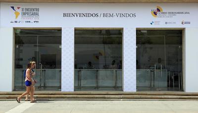 CARTAGENA (COLOMBIA).- Dos personas caminan frente al Centro de Convenciones de Cartagena de Indias (Colombia), a cinco días del inicio de la XXV Cumbre Iberoamericana de Jefes de Estado y de Gobierno. EFE