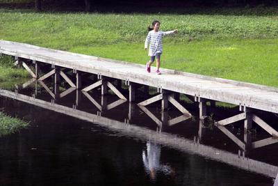 Ashigara (Japón).- Una niña japonesa camina en un parque en la ciudad de Ashigara, prefectura de Kanazawa, Japón. Con un menor número de jóvenes que tienen niños y el rápido envejecimiento de la generación del baby boom, la población japonesa por encima de los 65 años es del 26,7 por ciento de 127.11 millones de habitantes del país, según cifras del censo del Gobierno japonés. EFE