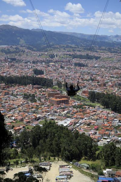 CUENCA (ECUADOR).- Roberto Rejón, un operador de cámara español, realiza un recorrido en el columpio del Parque Aventuri, instalado en el Mirador de Turi, que permite observar la ciudad de Cuenca (Ecuador) a vista de pájaro. El parque recreativo de aventura fue ideado y construido por Miguel Toledo, un auténtico enamorado del deporte extremo. EFE