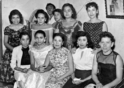 23102016 Irma Carranza, Guadalupe Montalvo, Rosa María Delgadillo, Cheles Martínez, Tere Caballero, Magdalena Islas, Rosa María Rea, Ana María Islas y Virginia Arredondo en la celebración de un cumpleaños en 1956.