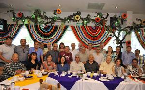 23102016 UN DíA MUY ESPECIAL.  MVZ Juan José Muñoz Varela celebró su jubilación luego de 35 años de servicio en la Universidad Autónoma Agraria Antonio Narro. En la imagen, lo acompañan sus compañeros de trabajo.