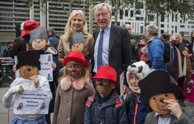 LONDRES (REINO UNIDO).- El miembro del Partido Laborista Británico Alf Dubs (d) y la actriz británica Joely Richardson (i) posan con varios niños durante una protesta infantil en Londres, Reino Unido. El acto urge al Gobierno a especificar el número de niños que Reino Unido acogerá tras la salida de refugiados del campo de Calais, donde hoy, se inició la evacuación de inmigrantes. EFE