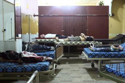 DOUMA (SIRIA).- Hombres heridos descansan al lado de algunas víctimas de una bomba de recimo en un hospital de la urbe de Duma, en las afueras de Damasco, Siria. Al menos cinco personas, entre ellas dos menores de edad, fallecieron por disparos de la artillería de los efectivos leales al Gobierno de Damasco. EFE