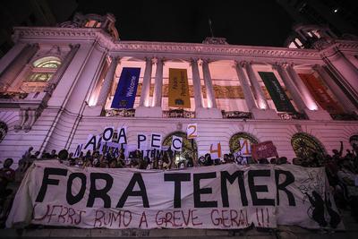 RÍO DE JANEIRO (BRASIL).- Millares de personas participan en una protesta contra el proyecto de enmienda de la constitución PEC 241 y contra el presidente brasileño, Michel Temer, en la ciudad de Río de Janeiro. El proyecto fue presentado por el Gobierno de Temer. EFE