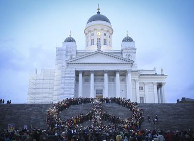 HELSINKI (FINLANDIA).- Vista de la manifestación para pedir la paz y la resolución del conflicto sirio en frente de la catedral de Helsinki, Finlandia. EFE