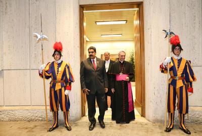CIUDAD DEL (VATICANO).- El presidente de Venezuela, Nicolás Maduro (2i), es recibido por el presbíterio italiano Guido Marini (2d), maestro de la Oficina de las Celebraciones Litúrgicas del Sumo Pontífice, en El Vaticano. El papa Francisco ha recibido hoy a Maduro en una audiencia privada en El Vaticano, informaron a Efe fuentes de la embajada venezolana en Roma. EFE