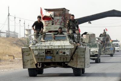 """BARTILA (IRAK).- Soldados de las fuerzas kurdas """"pashmegas"""" patrullan con sus vehículos por la carretera de Erbil, en Irak. Las fuerzas iraquíes y las kurdas """"peshmergas"""" se situaron hoy en un punto a tan sólo cinco kilómetros al norte de Mosul, bastión del grupo terrorista Estado Islámico (EI) en Irak, informó a Efe el portavoz de la Comandancia de las Operaciones Conjuntas, el general de brigada Yehia Rasul. La operación forma parte una amplia ofensiva para arrebatar al EI el territorio que conquistó en junio de 2014. EFE"""