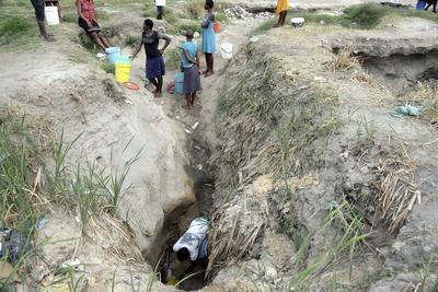 HARARE (ZIMBABUE).- Varias mujeres extraen agua de una fuente improvisada que podría exponerles a enfermedades que surgen en aguas residuales en la localidad St Mary's de Chitungwiza, a 30 kilómetros de la capital Harare, en Zimbabue. Los residentes de la ciudad se quejan de llevar más de 2 semanas sin agua del grifo, lo que podría devolverles la cólera, que en el 2008 acabó con la vida de al menos 4.000 personas. EFE