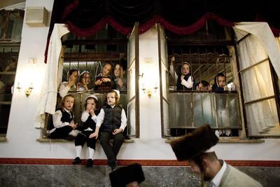 TEL AVIV (ISRAEL).- Niños judíos ultraortodoxos observan el baile con rollos de la Torá durante la celebración de la Simjat Torá, en Tel Aviv (Israel). La Simjat Torá celebra el final de un ciclo y el comienzo de uno nuevo en la lectura de este libro sagrado, los rollos judíos que se utilizan en cada sinagoga. EFE