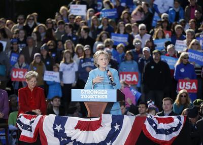 MANCHESTER (EE.UU.).- La candidata presidencial estadounidense por el Partido Demócrata, Hillary Clinton (c), habla durante una acto de su campaña electoral, en el St Anselm College de Manchester, Nueva Hampshire. EFE
