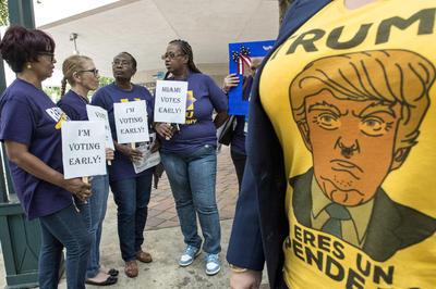 MIAMI (FL, EEUU).- Miembros del Sindicato Internacional de Empleados de Servicios (SEIU) conversan durante su participación en la votacionn anticipada, en Miami, Florida. Inmigrantes, latinos, mujeres, afroamericanos y votantes en general acudieron hoy a una plazoleta en Miami para inaugurar, en medio de una celebración con música y tacos, el inicio de dos semanas de votación presidencial anticipada en Florida. En este estado, que aporta 29 votos o circunscripciones electorales, ya han votado por lo menos un millón de personas por correo en las dos últimas semanas, según expertos de la Universidad Internacional de Florida (FIU). EFE