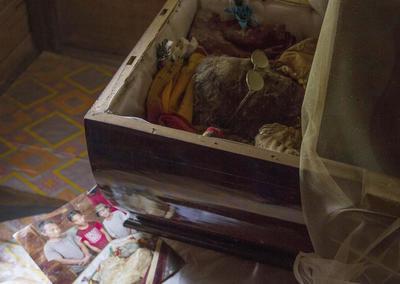 """RANTEPAO, INDONESIA.- El cadáver de Lai Lamba Matandung ha permanecido cuatro años en su casa, en los que ha sido embalsamada por la familia, y tratada como si no hubiera fallecido. Forma parte de las tradiciones animistas """"Aluk To Dolo"""", donde """"el 90% de la vida gira en torno a la muerte"""", y los funerales se prolongan durante dos semanas, en las que se incluyen peleas de búfalos, procesiones funerarias y sacrificios de búfalos y cerdos, que determinarán el estatus de la familia. EFE"""