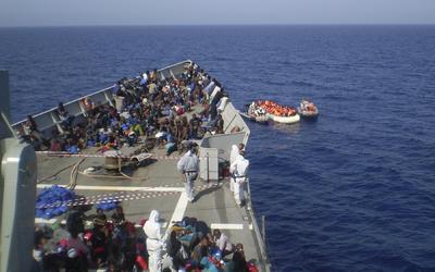 """COSTA DE LIBIA.- Fotografia facilitada por el AJEMA del rescate de 703 personas que navegaban en embarcaciones neumáticas frente a las costas de Libia, efectuado por la fragata """"Navarra"""", desplegada en la operación de la UE contra el tráfico ilegal de personas en el Mediterráneo. EFE"""