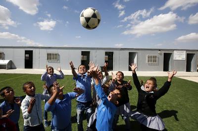 HEBRÓN (CISJORDANIA).- Estudiantes palestinos de la comunidad beduina de Gutwein, juegan enn el patio del colegio, situado al sur de Hebrón, Cisjodania. La escuela mixta fue fundada por el gobierno francés en octubre de 2015 y en la actualidad permanecen matriculados 15 estudiantes, ha recibido una orden de cierre desde la Administración Civil de Israel y el Consejo de Construcción y Planificación por construcción ilegal, según fuentes locales. EFE