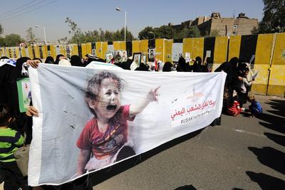 SANÁ (YEMEN).- Mujeres yemeníes toman parte en una manifestación en contra de las operaciones militares encabezadas por Arabia en el país, frente a un hotel en Saná (Yemen), donde el enviado especial de las Naciones Unidas ONU para Yemen, Ismail Ould Cheikh Ahmed, se encuentra hospedado. Según fuentes oficiales, el representante para de la ONU para Yemen presentó un plan político y militar integral para la guerra de Yemen, que ha durado hasta el momento 19 meses, en un nuevo intento de poner fin al conflicto en este país de la península arábiga . EFE