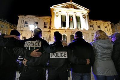 NIZA (FRANCIA), 25/10/2016.- Policías franceses participan en una manifestación contra la violencia anti-policía, en frente del Palacio de Justicia en Niza (Francia). La policía francesa se manifestó para reforzar sus condiciones y las sanciones tras lo ataques sufridos. EFE