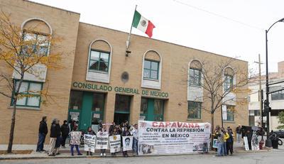 """CHICAGO (IL, EEUU).- Miembros de una caravana contra la represión en México protestan, frente al consulado del país azteca en Chicago, Illinois.""""Estamos aquí para decir al consulado de aquí que en México la represión se ha salido de control"""", dijo Miriam Hernández Neri, una integrante del colectivo Magisterio Mexiquense Contra la Reforma Educativa (MMCRE-CNTE). EFE"""