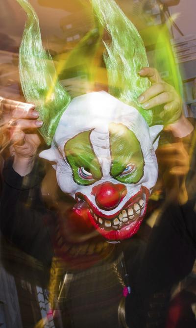 HANOVER (ALEMANIA).- El vendedor de una tienda de disfraces muestra una máscara de payaso en Hanover, Alemania. Un joven de 16 años disfrazado de payaso diabólico fue acuchillado este lunes en Berlín por un adolescente de 14 al que trató de asustar, y tuvo que ser operado de urgencia porque se temía por su vida. EFE