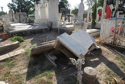 En el caso de las lápidas, corresponde a los propios familiares de los finados darles mantenimiento.