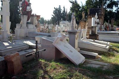 Lápitadas semidestruidas, así como basura dispersa y escombro abandonado.